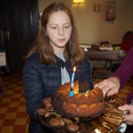 Le gâteau avec la bougie qui va être soufflée